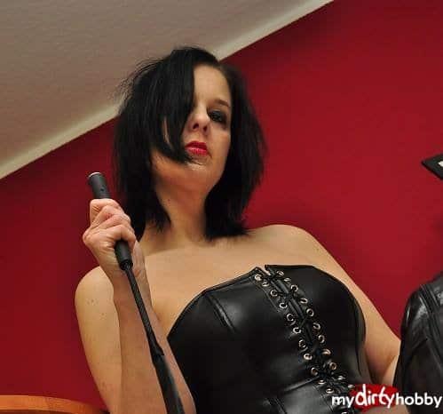 Mistress Domina Coco aus Darmstadt in Hessen ist eine Meistern des Dirty Talk und verbalen Erniedrigung. Ihre unnahbare Schönheit bringt dich Sklavenschwein zum kochen. Du darfst ihr dienen wie du willst und wirst für sie doch nur ein unwürdiger Sklavenwurm sein. Bewerbe dich jetzt bei Mistress Coco aus Darmstadt für eine Webcam Erziehung oder schaue dir ihre Sklavenvideos an